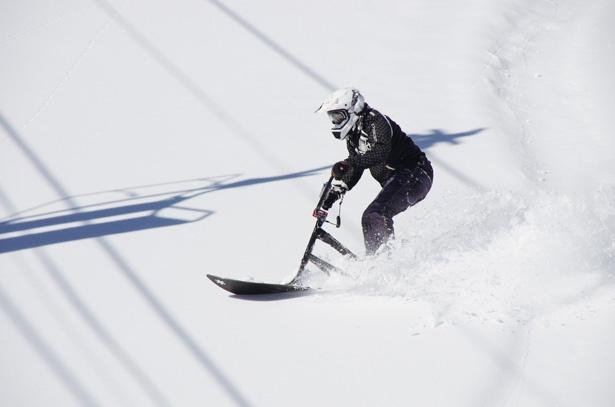 【写真を見る】自転車+スノーボード!? 新感覚の乗り心地「スノースクート」で雪上を進め!