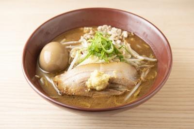 「焼き味噌玉子」(930円)。麹の強さが違う2種の白味噌を焼いて風味を出している。香ばしさの中にスープの旨味もしっかり。生姜がアクセントに