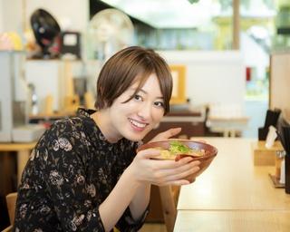 神奈川ゆかりの美女がラーメン店を案内。女優・高月彩良さんのLOVE麺は?