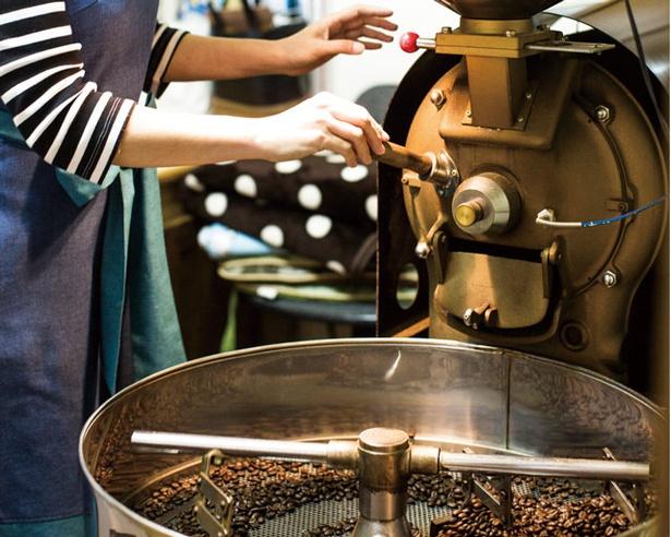 開店以来、直火式で焙煎を続ける板倉さん