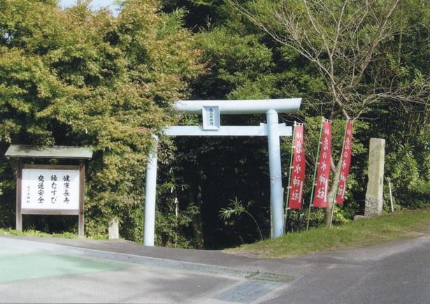 """【写真を見る】""""恋の水""""と呼ばれる泉がある縁結びの神社。古くは万病に効く神水として信仰された/「恋の水神社」"""