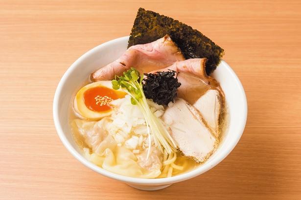 【写真を見る】つくば鶏の旨味が詰まった奥深い塩スープ、特製中華そば(しお)980円