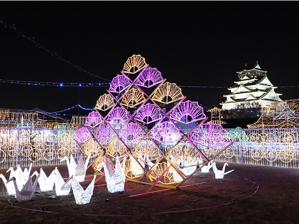 大阪城に飾られた、折り鶴や扇子など和のモチーフのイルミで幻想的な光景が広がる