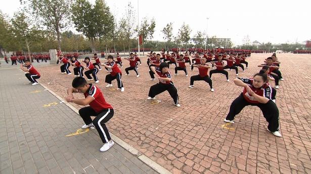 演舞「万人武術体操」を学ぶ女性芸人軍団