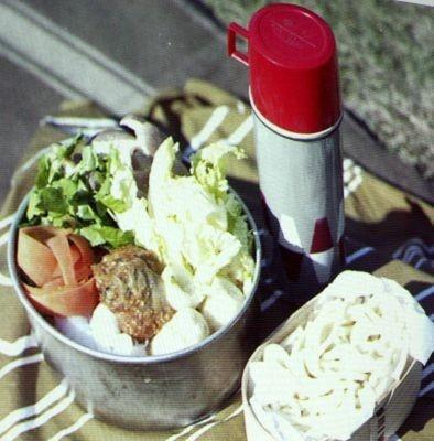 鍋に野菜や魚介類or肉をぎっしり詰めて、水筒にはダシをIN! これで現地まで持ち運びOK