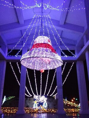 【写真を見る】イベントのシンボル・イルミで装飾されたベル