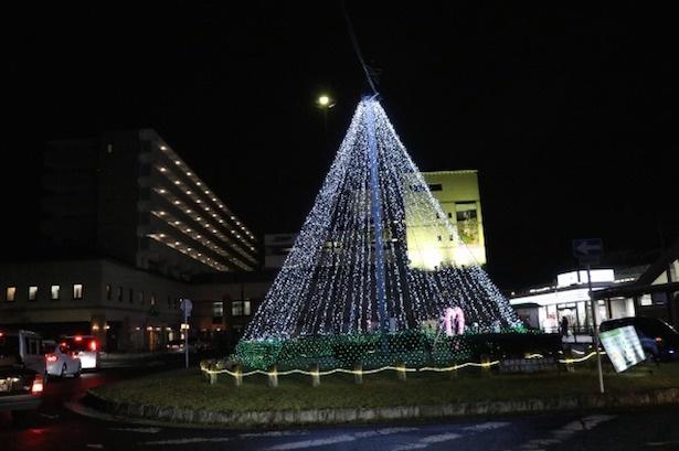 【写真を見る】高さ10メートルもの光のツリー