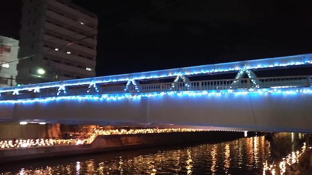 【写真を見る】夜の川沿いはロマンチックな雰囲気