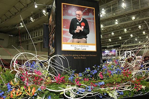 会場の中央には11月に亡くなったスタン・リーの追悼モニュメントが設置されていた