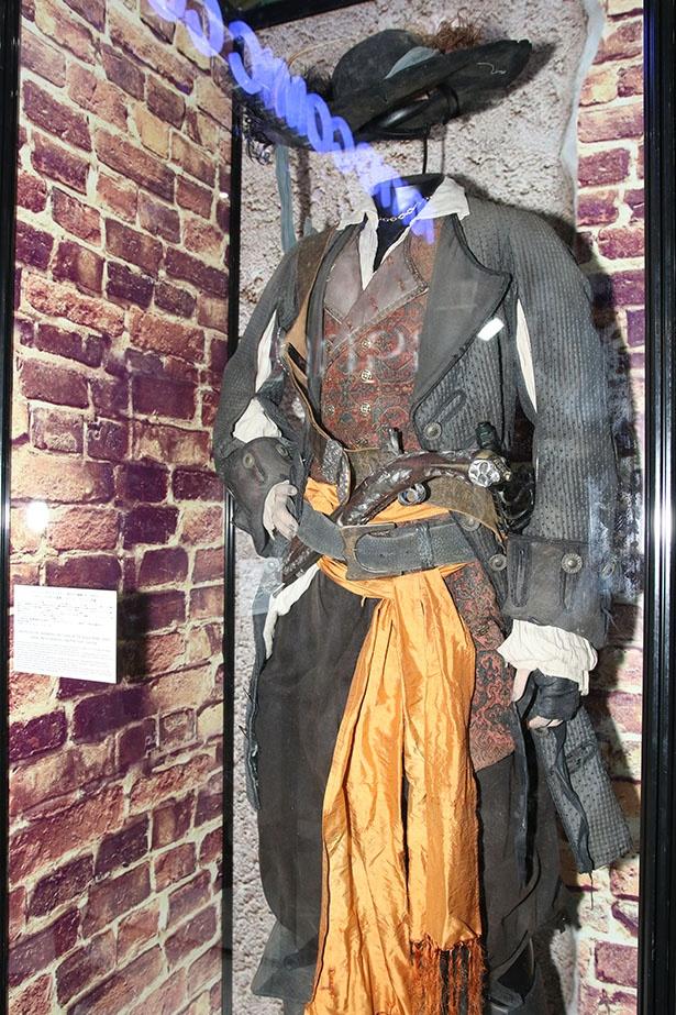 『パイレーツ・オブ・カリビアン 呪われた海賊たち』よりバルボッサ船長の衣装