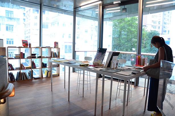 現代アーティストブックライブラリーでは、数量限定で入手困難なアーティストブックを手に取ることができる