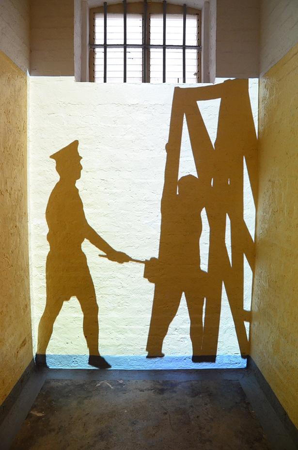 独房の中では囚人の生活を投影展示で再現する