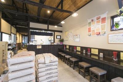 製麺所の一角が試食席に。麺を打つ作業が見学できる場合も