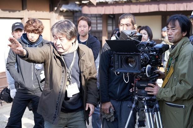 【写真を見る】職人たちの荒々しい言葉と笑い声が飛び交う京都の撮影現場がこれだ!