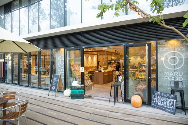 マルシェが併設された、ガラス張りの店