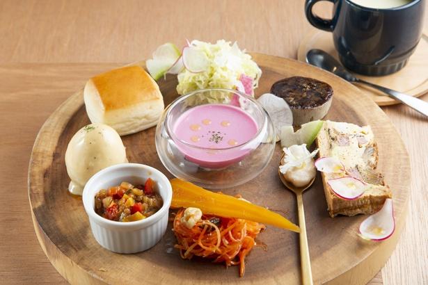 「MARUFOOD特製 旬のガーデンプレート」(1,500円)はビーツのフラン、スープなど10種がワンプレーとになっている