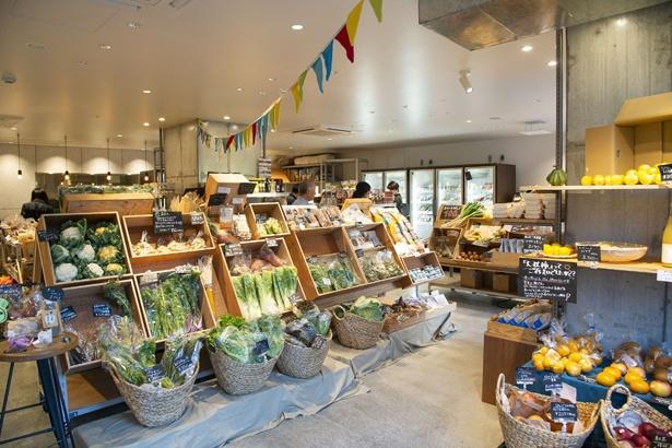 【写真を見る】隣接するマルシェにはオーガニックの野菜や調味料も豊富にそろう
