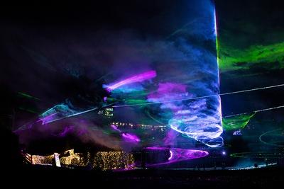 スモークにカラーレーザーが投影され、夜空にオーロラが出現する「フルカラーレーザーショー」