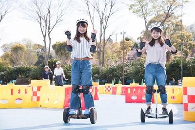 「モーターランドnorinori」(有料)では、セグウェイタイプの立ち乗り電動2輪車・ナインボットミニなどで園内コースを走行できる