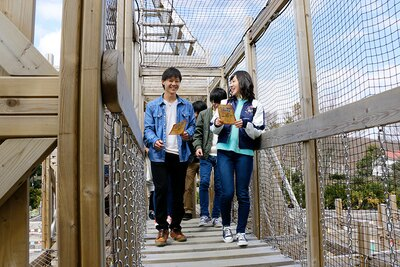 「船型立体迷路~KAiZOKU~」400円(再チャレンジ200円)は、高さ11.4メートル、幅10メートル、長さ30メートルの国内初!船の形をした木製の立体迷路。キーワードを集めてゴールを目指そう