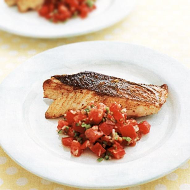 トマトのジューシーさを活かした「白身魚のサルサソースがけ」