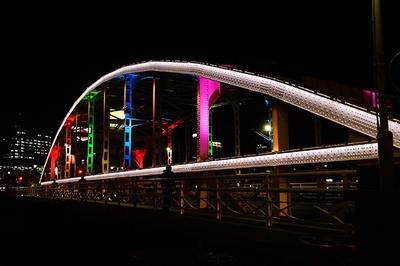 さまざまな色で彩られる開運橋