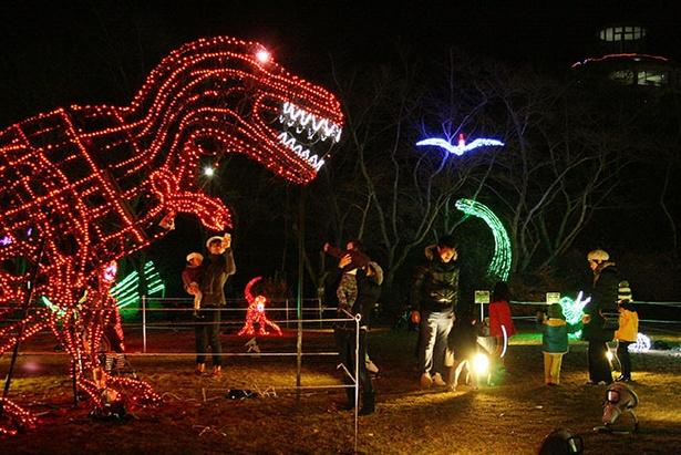 【写真を見る】光り輝く恐竜の世界。迫力満点のティラノサウルス