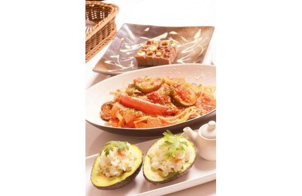 アボカド寿司(手前)、菜園風トマトパスタ(中央)など