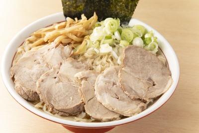 「チャーシュー麺 小」(820円)。チャーシューがたっぷりで食べ応え十分。旨味の強い豚肩ロースで噛むほどに肉の味が増す