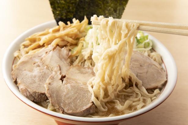 【写真を見る】麺は「ケンチャンラーメン」を模倣した太平打ち縮れタイプ。加水率が高く、プルプル&モチモチの食感がクセになる