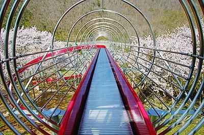 ビッグスライダーのコースにはさくがあり高い場所も安全/笹ヶ丘公園