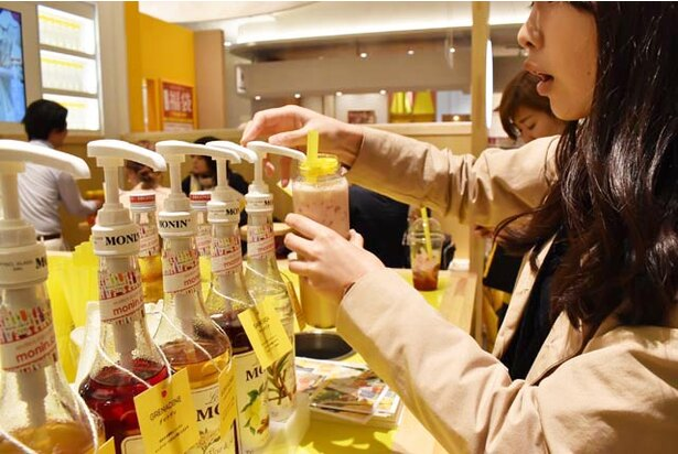 「タピオカ・ロイヤルミルクティー」は好みでシロップを加えて甘さを調整できる