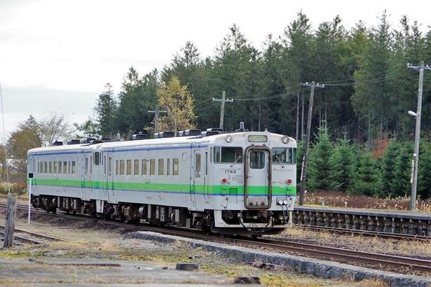 【写真を見る】安平駅付近を走行する普通列車