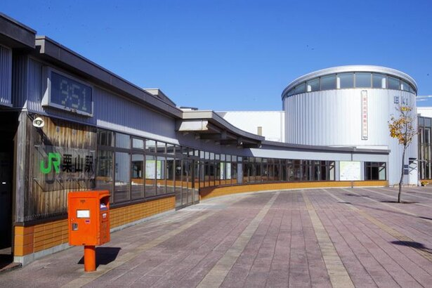 栗山駅の駅舎はとってもモダン。ここが駅!?と感じてしまうほどです