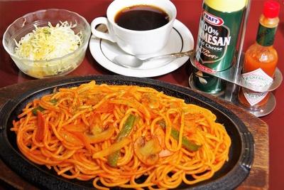 定番の「鉄板ナポリタン」(サラダ付き680円、セットコーヒーは+150円)をオーダー。鉄板皿なので冷めにくく熱々なまま味わえます