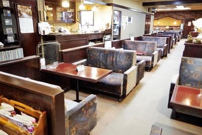 大きくて重厚感のあるソファやテーブルが並びます