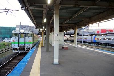 東室蘭駅に停車中の室蘭駅行普通列車