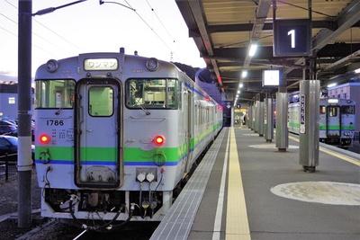 【写真を見る】室蘭駅に停車中の普通列車