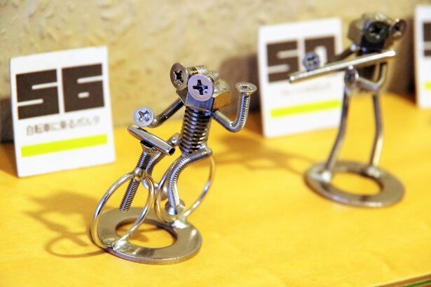 自転車に乗るボルタ。ボルトとナットなどでこんなに可愛らしい作品ができるのですね!