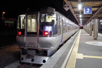 室蘭駅に停車中の特急電車の車両。東室蘭駅と室蘭駅の間は乗車券だけで乗れます。ちょっとお得な気分!(室蘭駅にて)