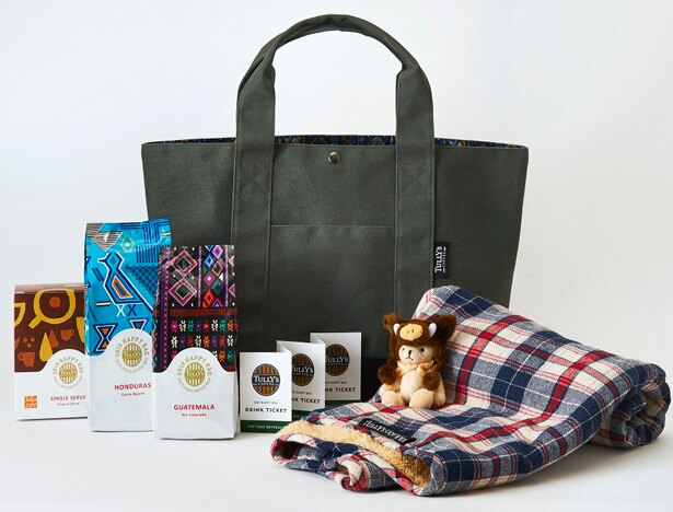 【写真を見る】5000円の「HAPPY BAG」はブランケットが付きグッズも充実!カーキのトートバッグは、年齢性別問わず使いやすい