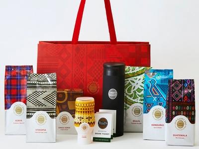 1万円の「HAPPY BAG」はペーパーバッグに5カ国の限定ビーンズが入り、飲み比べを楽しめる。民族衣装をモチーフにした、限定ビーンズのパッケージもオシャレ