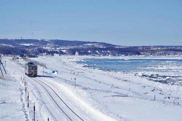 【写真を見る】流氷が押し寄せるオホーツク海が間近に!(北浜駅付近)