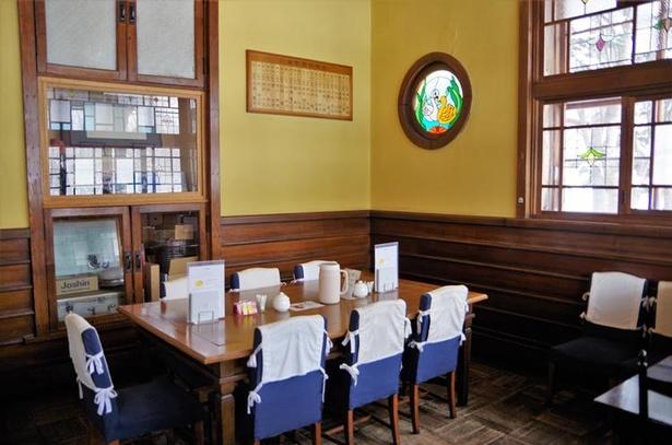 かつての貴賓室が喫茶店の店内に。青い椅子は貴賓室時代から長年使われてきたものだそうです