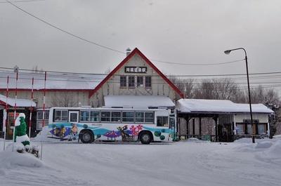 川湯温泉駅の駅舎は赤い三角屋根の大きな山小屋風。駅前から路線バスに乗って約10分で川湯温泉街まで行くことができます