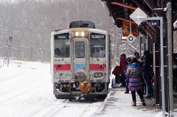山間にある川湯温泉駅。雪が降りしきる中、観光客が多数乗り降りしていました