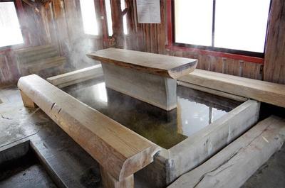 塩分を多く含む泉質で、足湯とはいえ血行がよくなり身体がよく温まります。ちなみに川湯温泉街の泉質は硫黄泉で、こことは異なる泉質です