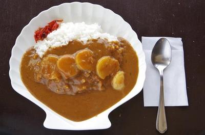 オホーツク海でとれたホタテを使用した「ホタテカレー」(950円)。お皿もホタテ型!