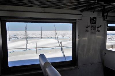 窓の外には雪原、その先にはびっしりと海を覆い尽くす流氷が!(北浜駅付近)