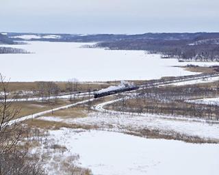 SL冬の湿原号が汽笛を鳴り響かせながら釧路湿原を走行(塘路駅~茅沼駅間)